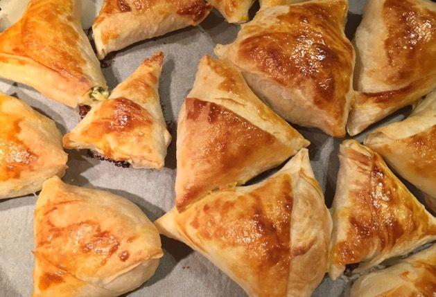 15-20 dakikada hazır yufka ile peynirli muska böreği tarifi ,yufka ile yapılan börekler,muska böreği nasıl yapılır?Çok kolay,süper lezzetli peynirli muska