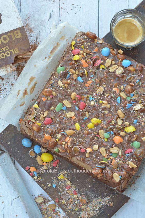 Mijn favoriete brownie is nu nog lekkerder geworden met een karamellaag en m&m's!   My favorite brownie with colorfull m&m's on top!