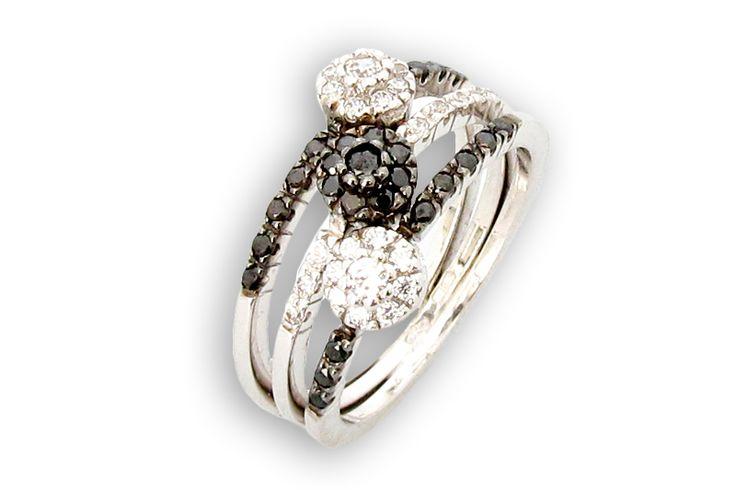 18 KARAT WHITE GOLD FLOWER RINGS WITH WHITE AND BLACK DIAMONDS.
