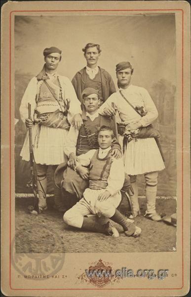 Ομαδικό πορτραίτο. ΤόποςΑθήνα Χρονολογία1880 c. Αρχείο/ΣυλλογήΓΕΝΙΚΟ ΑΡΧΕΙΟ 19ος ΠεριγραφήΛήψη σε στούντιο. Πέντε άνδρες. Δύο άνδρες με φουστανέλλα και όπλα, άνδρας με βράκα. ΘέματαΣΤΡΑΤΙΩΤΙΚΟΙ ΠΟΡΤΡΑΙΤΑ ΕΝΔΥΜΑΣΙΕΣ, ΠΑΡΑΔΟΣΙΑΚΕΣ ΔημιουργόςΜωραΐτης, Πέτρος (Moraites, P.) Αθήνα