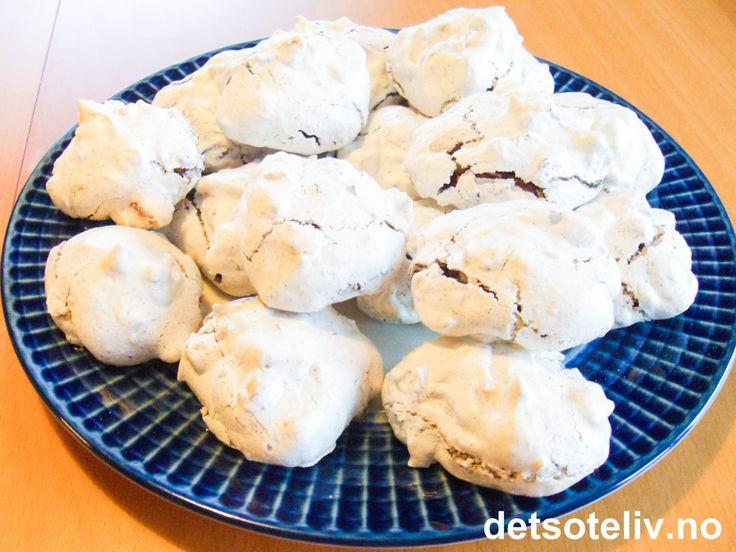"""""""Vepsebol"""" er HELT FANTASTISK GODE og alltid SUPERPOPULÆRE småkaker!!! Kakene består av marengs som er tilsatt hakket sjokolade, mandler og eventuelt kokos. """"Vepsebol"""" er manges favorittkaker til jul, men kakene passer definitivt like godt resten av året! Oppskriften gir ca 80 stk."""