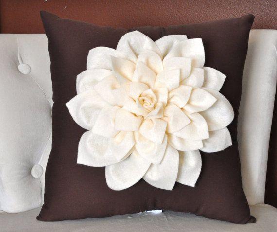 * Mi Casa Inventada *: Cojines con flores en fieltro