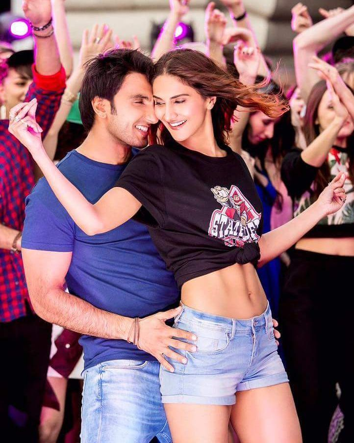 Here's the brand new still of Ranveer Singh and Vaani Kapoor from Befikre. Releasing on 9th Dec.