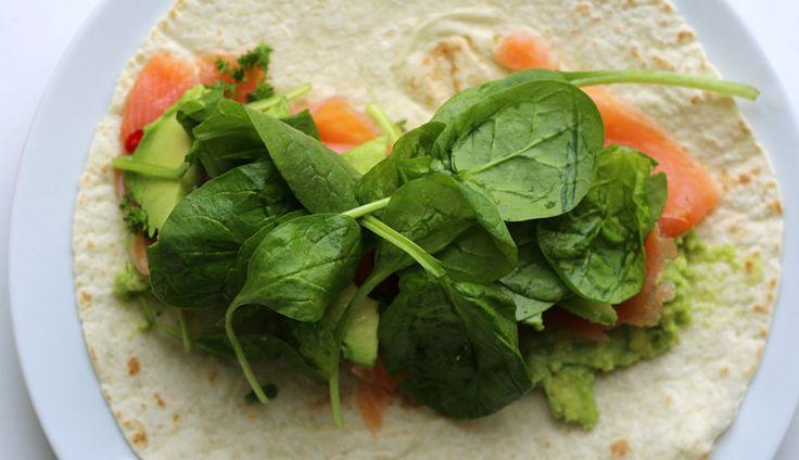 Deze frisse zalm avocado wrapis in 5 minuutjes klaar, ideaal om mee te nemen (wikkel hem…