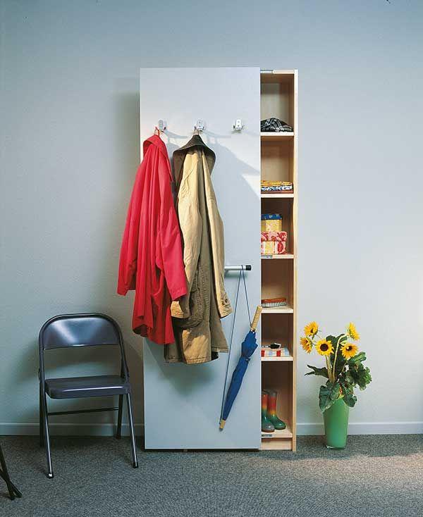 Die erste Idee ist im Grunde simpel. Parallel zur brachliegenden Wand (z. B. im Flur) wird eine zweite Wand gestellt, hinter der sich erstaunlich viel stauen lässt. Auch störende Einrichtungen der Haustechnik wie Stromverteiler lassen sich dahinter verstecken. Die Wandelemente messen 200 cm in der Höhe und 30 cm in der Breite, sinnvoll sind – je nach zur Verfügung stehendem Raum – drei bis sieben solcher Elemente. Das Baumaterial ist Tischlerplatte, die sich durch niedriges Eigengewicht und…
