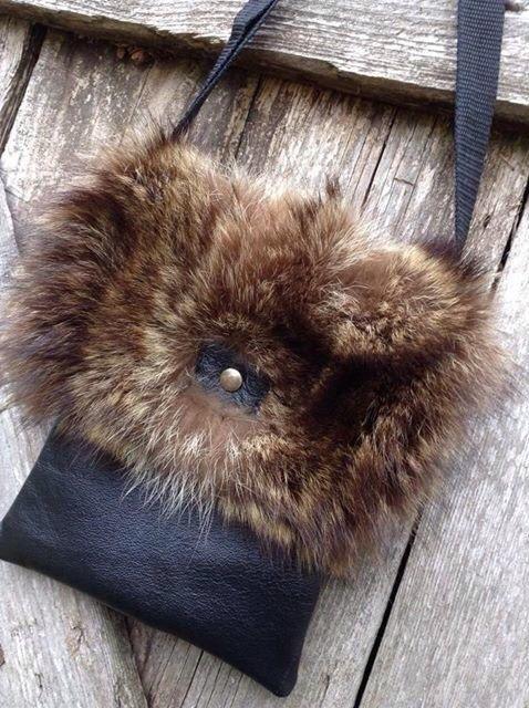 Sac à main de petite taille en cuir véritable et fourrure recyclée de chat sauvage. Disponible en cuir noir, tan ou brun chocolat. Doublure en coton. Dimensions: 71/2 x 9 pouces