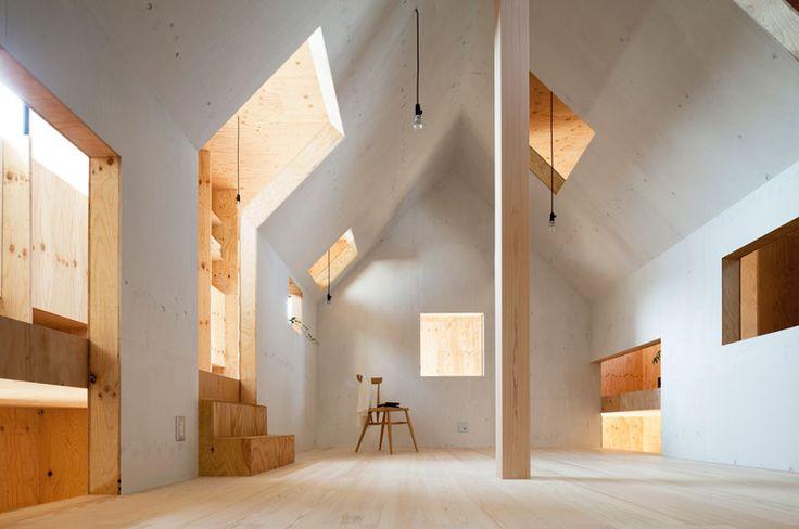 El estudio japonés mA-style architects acaban de terminar una casa llamada 'Ant House' en  Makinohara, Japón. En este edificio cubicular no nos deja...