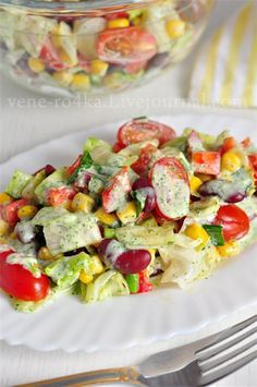 Овощной салат с фасолью, приправленный йогуртовым соусом.