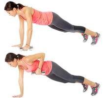 1. Planka med hantelrodd Placera ett par hantlar ungefär axelbrett isär på golvet. Greppa tag i dem och ställ dig i en stabil armhävningsposition. Spänn magmusklerna och dra den högra hanteln mot ditt bröst så att armbågen lyfter mot taket. Gå tillbaka till utgångsposition och gör samma sak med vänster arm.