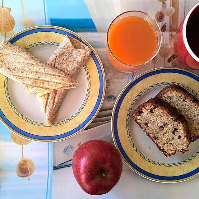 Wednesday breakfast featuring a grilled wrap in a whole wheat tortilla with Greek salami with green olives, mature cheddar and smoked cheese. On the side, a couple of slices of my first banana bread that I made last night (based on the super easy One Bowl Chocolate Chip Banana Bread recipe by @iwashyoudry with some added peanut butter) and a crunchy apple. #thenewbreakfasteverydayproject #livingmylifemyway