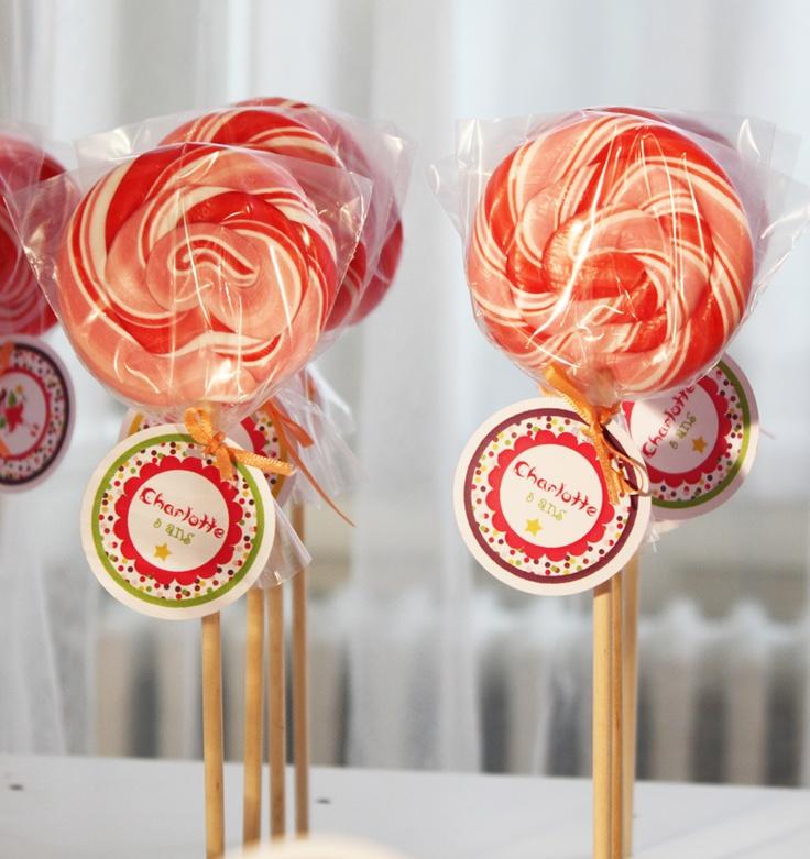 Des sucettes géantes pour petites gourmandes... décorées avec le prénom et l'âge de la petite fée :-)