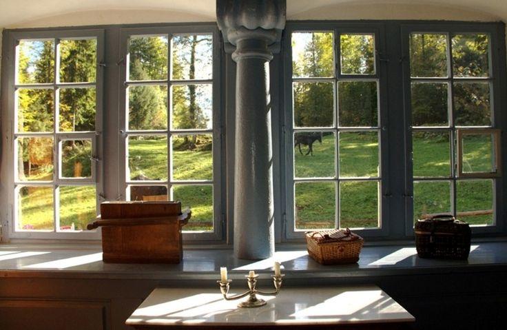 Vista interna de uma janela em uma casa de 1675, originalmente construída no cantão da Basileia, na Suíça. Uma particularidade da estrutura é não só a possibilidade de abertura independente das folhas, bem como de alguns vidros que compõem a vidraça (por exemplo, o terceiro requadro da segunda coluna). Este é um dos exemplares de moradias antigas em exposição no Swiss Open-Air Museum Ballenberg, em Brienz.  Fotografia: Eduardo Vessoni/UOL.