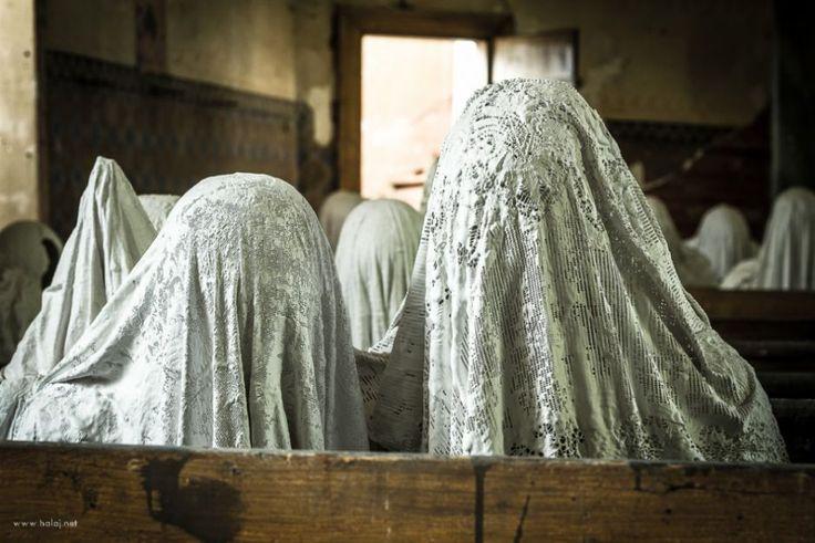 Odziane w białe szaty postaci siedzą nieruchomo w ławkach czeskiego kościoła. Modlą się ze spuszczonymi głowami. W kościele panuje kompletna cisza. Nikt się nie porusza. Nikt nie oddycha.