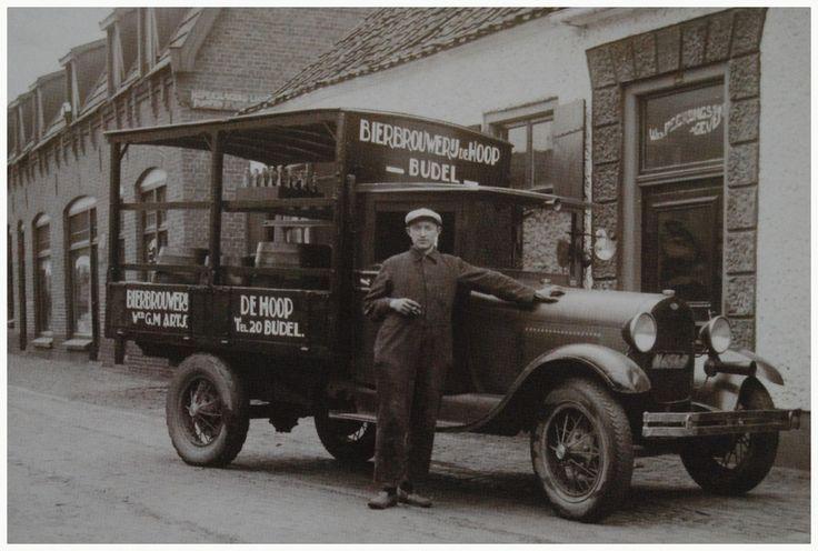 """Het transporteren van Brouwerij """"de Hoop"""" later Budels Bier met een T-fordje door bezorger Grad van Engelen, hier voor café van wed. Peerlings-Geven Auteur: niet vermeld - 1925 - 1929"""