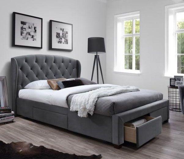 Dwuosobowe łóżko Sabrina 160x200cm.  Posiada wysokie, pikowane wezgłowie, 4 szuflady oraz stelaż pod materac.  Nasz sklep zapewnia darmową dostawę na terenie całego kraju.