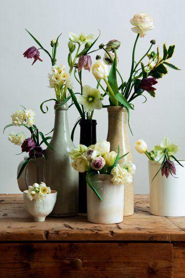 :: Des fleurs fritillaires, ellébores, renoncules et narcisses en bouquets dans des vases en pots et bouteilles de céramique détournés - style : Véronique Villaret ::