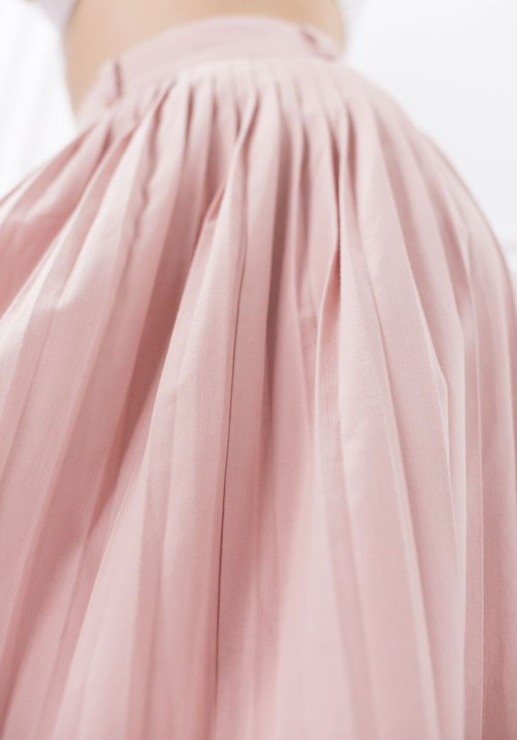 The high waisted, maxi, vintage, light pink skirt is perfect for showcase an hourglass figure and create feminine 50s look.