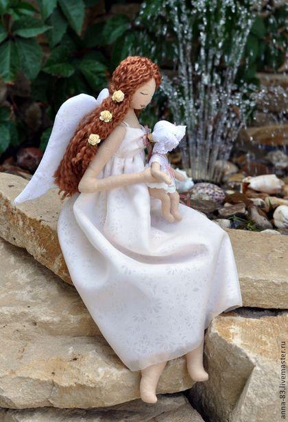 Купить или заказать Ангел - мама в интернет-магазине на Ярмарке Мастеров. Милый ангелок с каштановыми волосами. Куколка может только сидеть, свесив ножки. Миниатюрная девочка может сидеть на руках мамы в разных позах - ручки и ножки подвижные. Платье Ангела сшито из батиста и шифона. Прекрасный подарок на рождение малышки или крестины. Пусть этот ангелок хранит ту, которой она достанется!