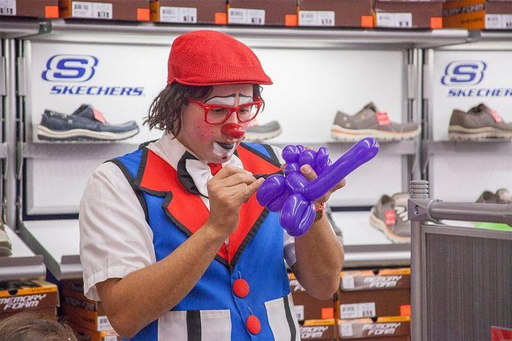 Payaso Che-ché realizando figuras en globos en la tienda Skechers en un evento corporativo - Che-ché the clown, balloon sculpting at a Skechers store opening, at  Montehiedra Town Center, PR. Corporate Event.