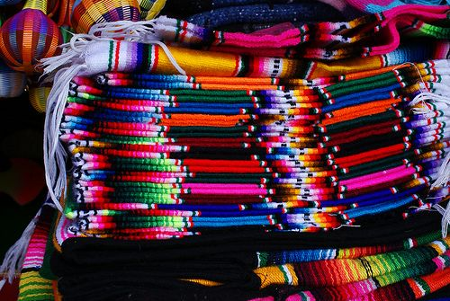 Sarapes mexicanos, en una tienda típica. La manera en la que los acomodan te hace querer uno de cada color