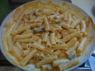 TORTIGLIONI ALLA BOSCAIOLA | La cucina di casa mia-150 gr di funghi misti surgelati -uno spicchio d'aglio -olio -80 gr di pancetta dolce -2 cucchiai di salsa di pomodoro -100 ml di panna per cucina -sale -pepe -curcuma -400 gr di tortiglioni