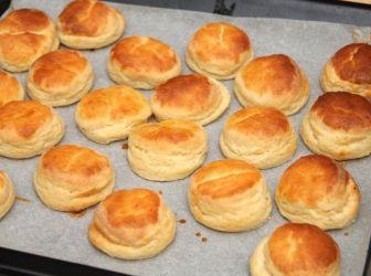 Habkönnyű burgonyás pogácsa recept: Az egyik legkönnyebb borgonyás pogácsa amit valaha kóstoltam! Nagyon finom! http://aprosef.hu/habkonnyu_burgonyas_pogacsa_recept