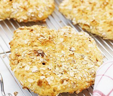 Scones med torkad frukt är livfullt och riktigt gott. Aprikoser, fikon och russin, ger sötma och mästerlig smak åt klassiska scones. Passar perfekt till helgens frukost, mellanmål eller på brunchen. Servera med ost och marmelad eller varför inte med smaksatt kesella.