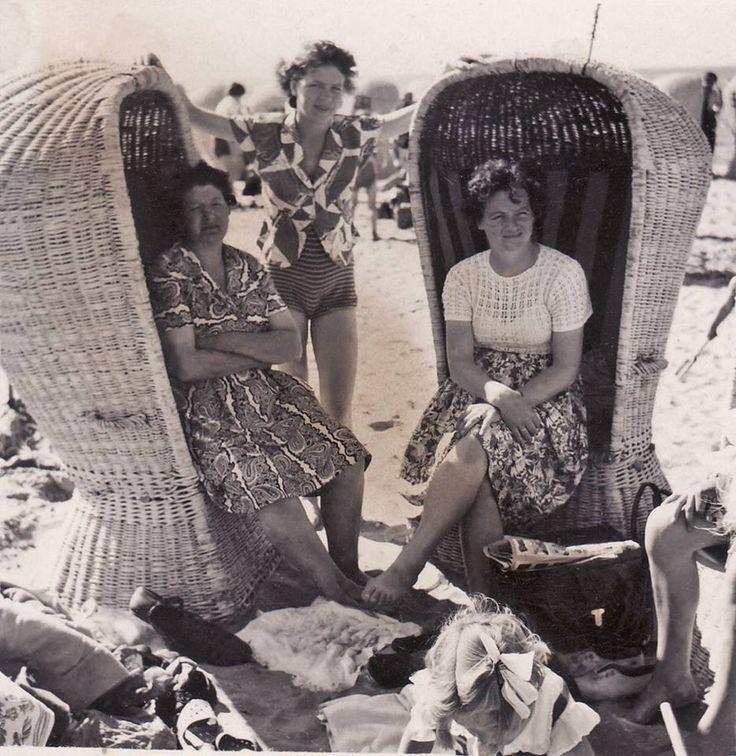 Hoek van Holland (gem.Rotterdam ) - De bekende rieten strandstoelen