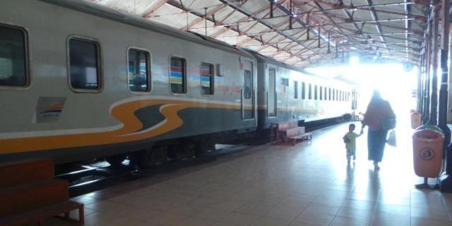 WinNetNews.com - Peraturan baru untuk ibu hamil telah dibuat oleh PT Kereta Api Indonesia. Tujuannya untuk menjamin keselamatan penumpang, khususnya dalam kondisi hamil. PT KAI sudah menetapkan untuk para ibu hamil yang ingin menggunakan kereta api jarak jauh untuk bepergian, dengan usia kandungan 14