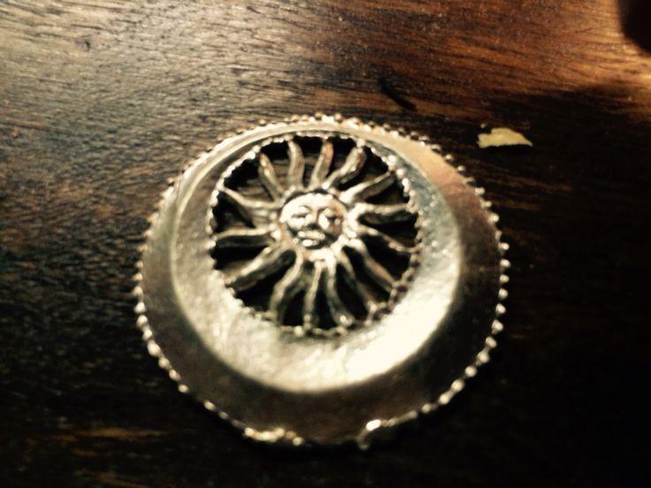 Dette tinmærke forestiller solen, som er hjem for ærkeenglen Michael, mens månen er det for Gabriel. Dermed er man beskyttet af de to ærkeengle, hvis man bærer dette mærke.