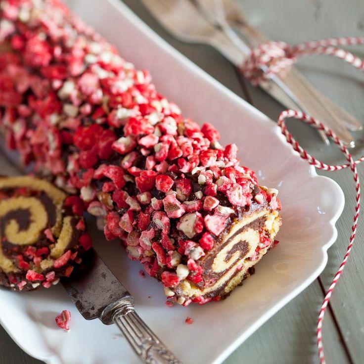 1. Le biscuit : Préchauffez le four à 210°C (thermostat 7). Fouettez les 4 jaunes d'oeufs avec le sucre jusqu'à ce que le mélange blanchisse.