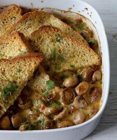 Super Resteverwertung: Toast, Pilze, Sahne und getrocknete Tomaten ergeben einen 1A-Auflauf!