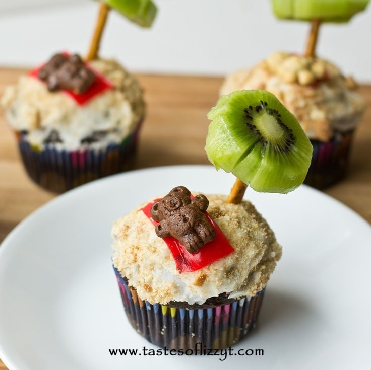 Teddy Graham Palm Tree Cupcakes {Tastes of Lizzy T}