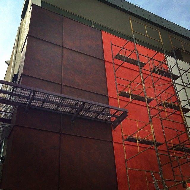 Obra em andamento, fachada academia Bio Ritmo projeto Joao Armentano. #arquitetura #textura #terracor #texturasespeciais #decoração #revestimentosespeciais