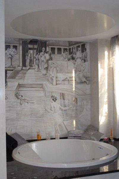 Un pannello rivestito ad affresco riveste l'intera parete di un bagno moderno, rievocando l'atmosfera dell'antica Roma