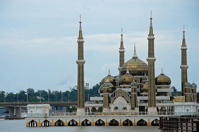 The Crystal Mosque in Kuala Terengganu, Malaysia (by chooyutshing).