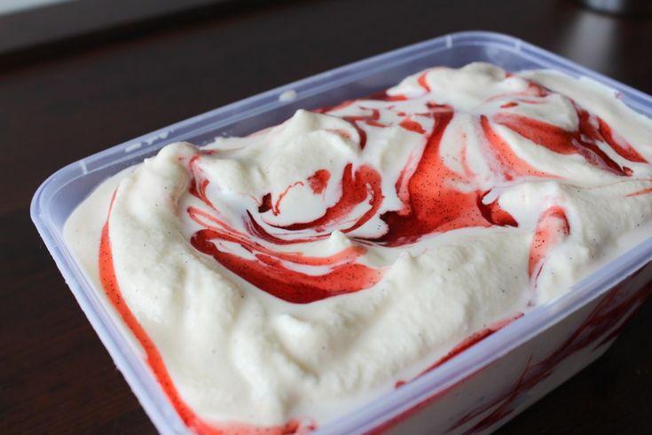 Det her er den lækreste vanilje is med jordbærswirl nogensinde. Siruppen er klistret og lækker med alt sin vanilje. Du vil ikke få brug for nogen anden opskrift og du vil bestemt ikke købe is igen!…
