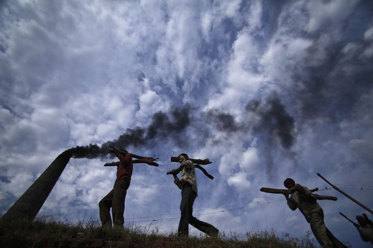 Jammu, India    Operai trasportano legna da ardere in una fabbrica di mattoni (AP Photo/Channi Anand)