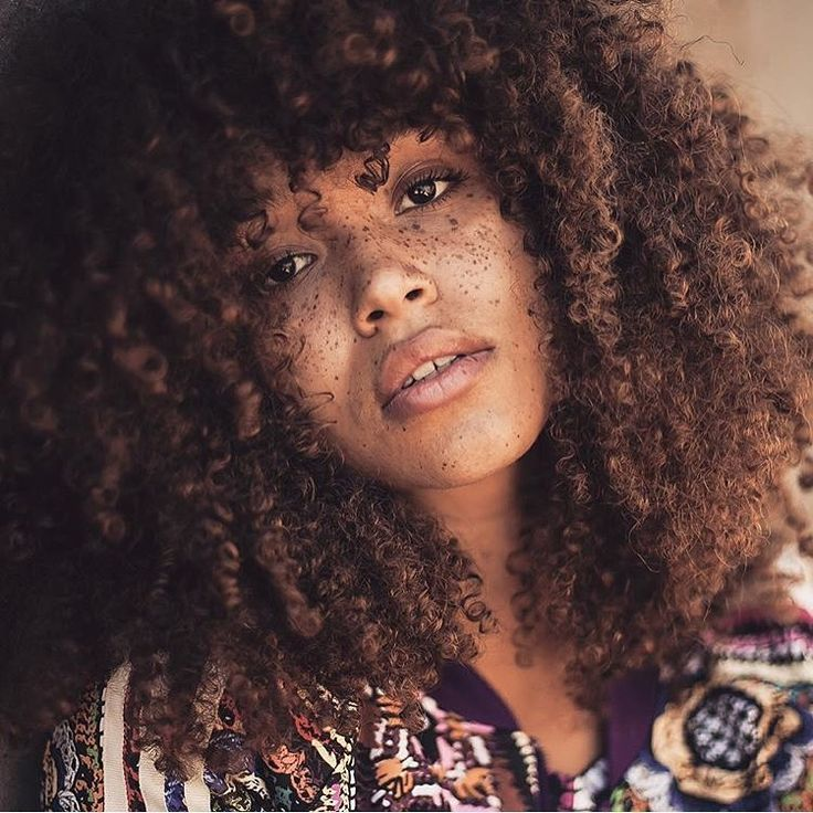 Lulu (@lulustone_) on Instagram: Ebenphotography Street Style    curly hair. Natural hair. Curly bangs. Curly fringe. Curly girl