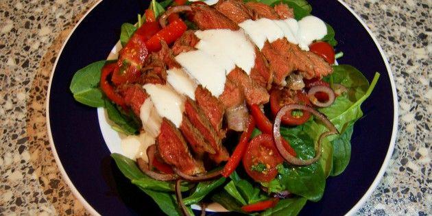 Virkelig skøn salat med oksekød, masser af grønt og en pragtfuld dressing med dijonsennep, citronsaft og honning. Helt perfekt, når det skal være både sundt og lækkert.