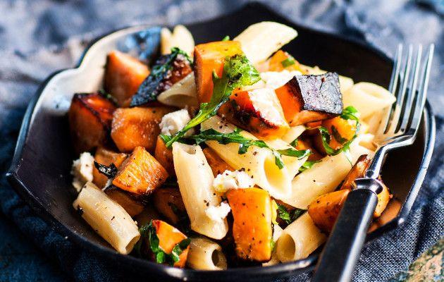 Paahdettu bataatti-rucolapasta on nopea arkiruoka, joka kootaan lautaselle pastasta, uunissa paahdetuista bataattikuutioista, rucolasta ja kotijuustosta.