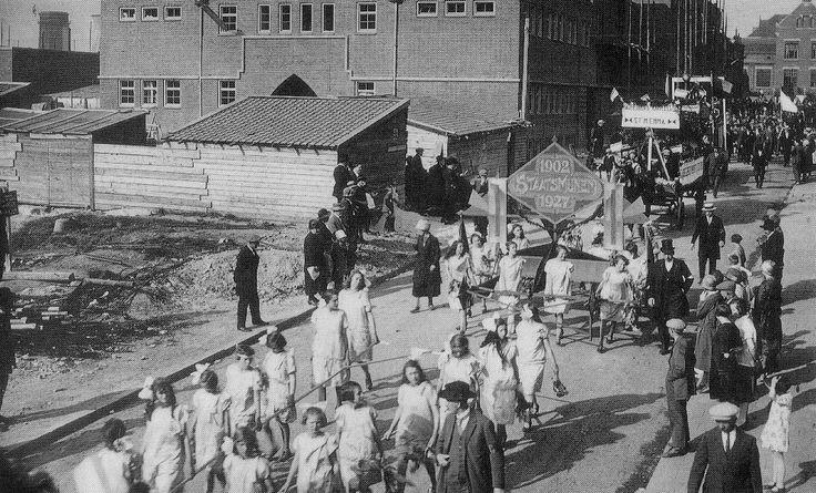 1927, optocht ter gelegenheid van 25 jaar Staatsmijnen, op de achtergrond de Emma