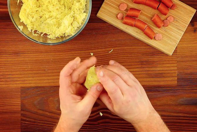 Όταν δύο φαγητά συνδυάζονται για πρώτη φορά, το αποτέλεσμα μπορεί να είναι είτε καταστροφικό, είτε πεντανόστιμο. Ευτυχώς για τους λάτρεις των χοτ ντογκ, αυτή η απλή συνταγή φτιάχνει κάτι πραγματικά παραδεισένιο.    Θα χρειαστείτε (για 12 κομμάτια):  700