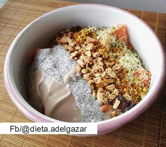 Bowl de yogurt de tofu hecho con moringa, banano y cacao De toppings, piña, papaya, pudín de chia en leche de almendras, cáñamo, granola y polen de abejas.