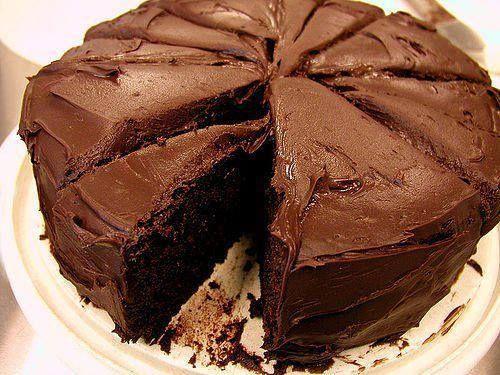 Gâteau au chocolat rapide et inratable et surtout délicieux Ingrédients: 200 g de chocolat 125 g de farine 125 g de sucre 125 g de beurre 3 oeufs 1 sachet de levure Pour la ganache: Recette ici Préparation: Faites fondre le chocolat et le beurre. Mélangez le sucre et les oeufs, puis ajoutez la