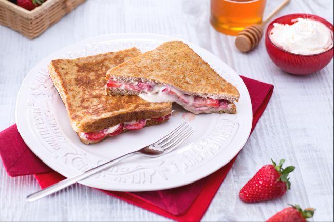 Il french toast alle fragole e mascarpone è un classico del brunch domenicale: un goloso ripieno tra due fragranti fette di pane dorate nel burro!