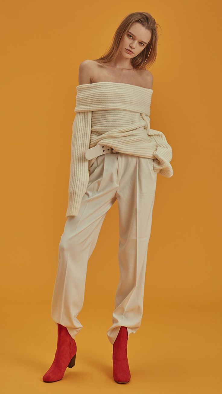 Willow Pant, a detachable belted wide leg trouser in ivory. High waisted raglan pleated, wide belt, particularly long in length, two front pockets. Designed to be straight. COMPOSITION AND CARE Dry cl