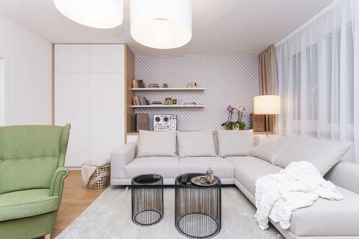 Obývačka s pásikovou tapetou