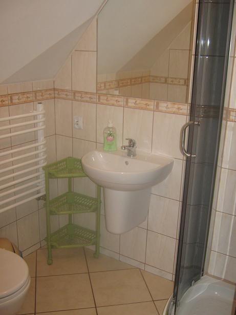 Łazienka w pokoju dwuosobowym na poddaszu .