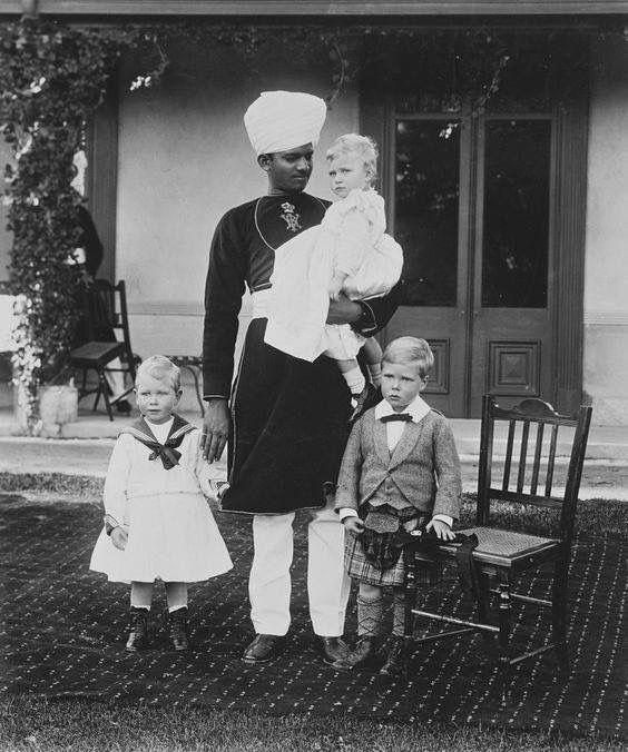 1898 : Prince of Wales and Prince Albert ( future George VI ) with an Indian manservant